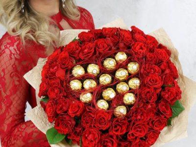 51 красная роза с конфетами ФЕРРЕРО РОШЕ