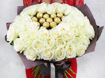 51 белая роза с конфетами Ферреро Роше