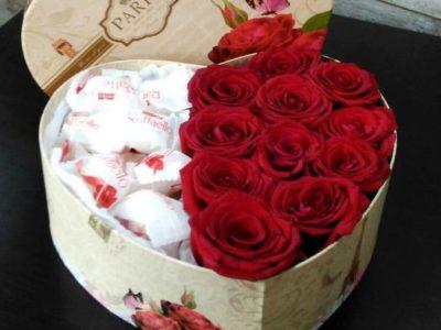Розы с рафаэлло в коробке