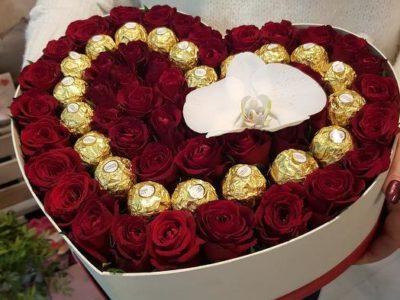 Сердце роз с любимыми конфетами