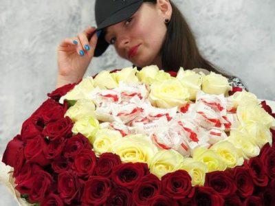 Букет из 101 розы сердце с конфетами Рафаэлло