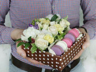 Коробка с макарунами. Розы