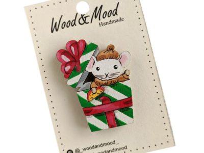 Значок ручной работы Мышь в подарочной коробке