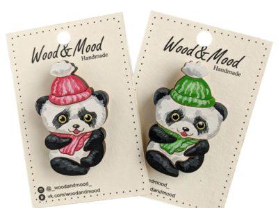 Значок ручной работы Панда в шарфе
